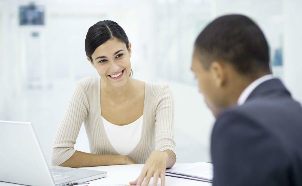Kvinde smiler til jobsamtale
