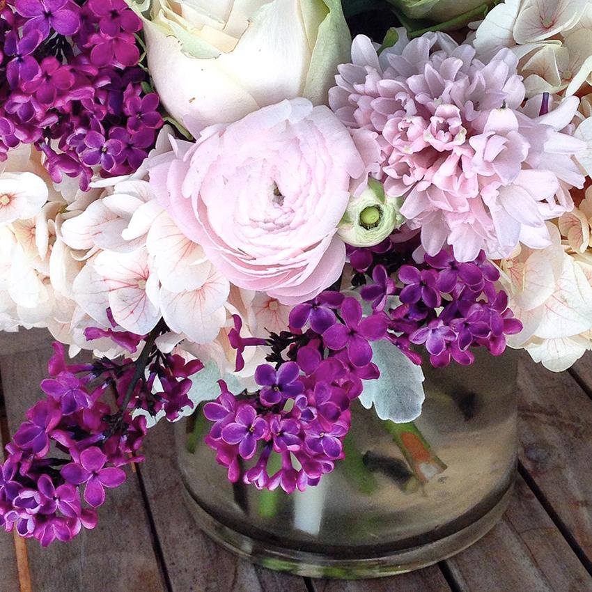 Bland syrenerne med sarte farver som hvid og lyserød for et smukt resultat. Ranunkler, hyacinter og roser er andre dejlige forårsblomster.