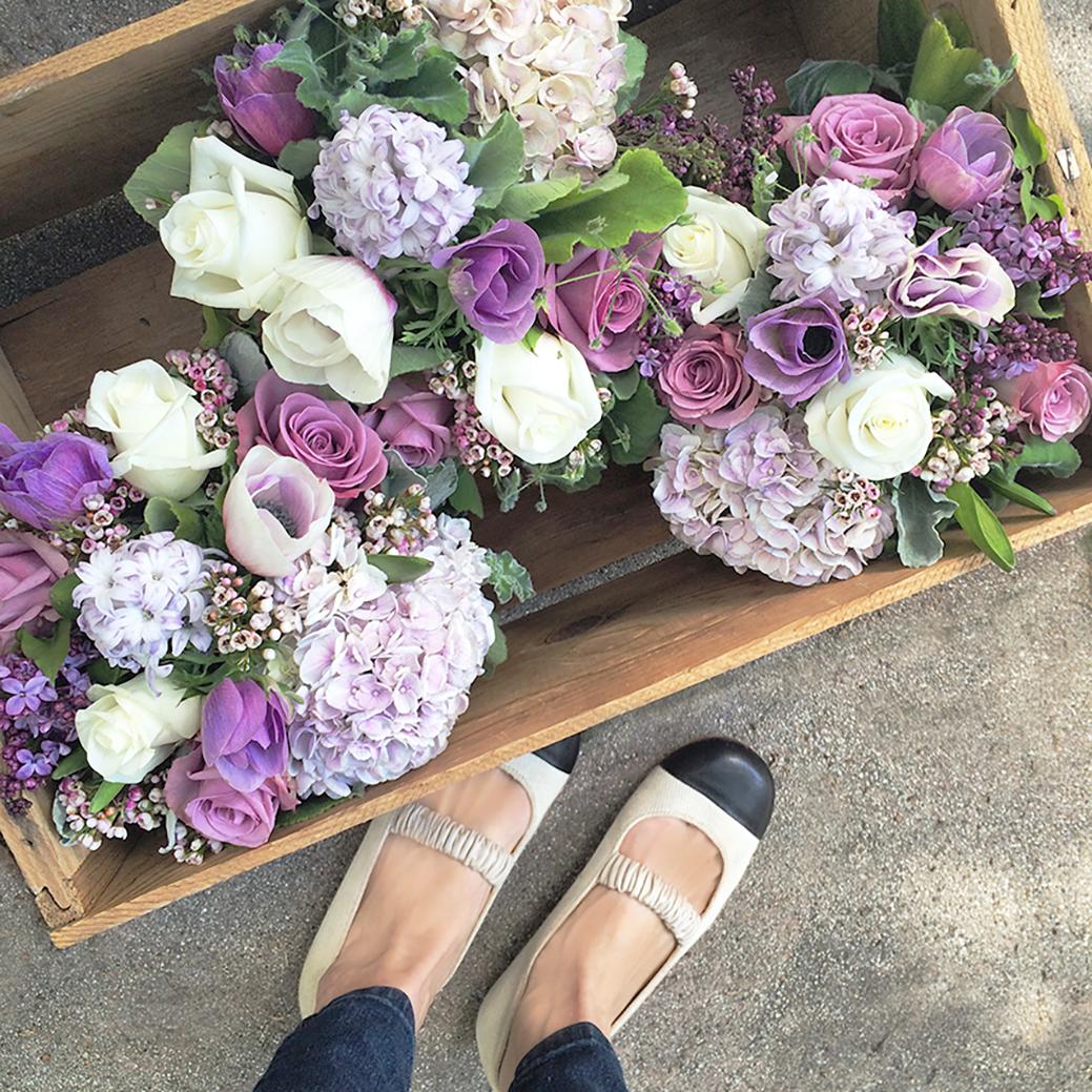 Skønne buketter klar til fest. Mørke og sarte lilla farve nuancer skaber de fineste buketter.