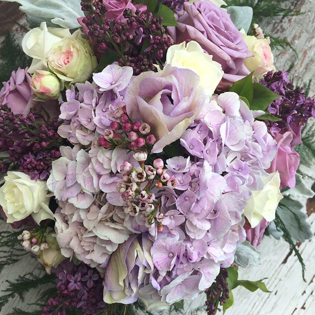 Hortensia, franske anemoner, roser, syrener, voksblomster. Klassiske og populære blomster, du kan bestille hos din yndlings blomsterbutik.