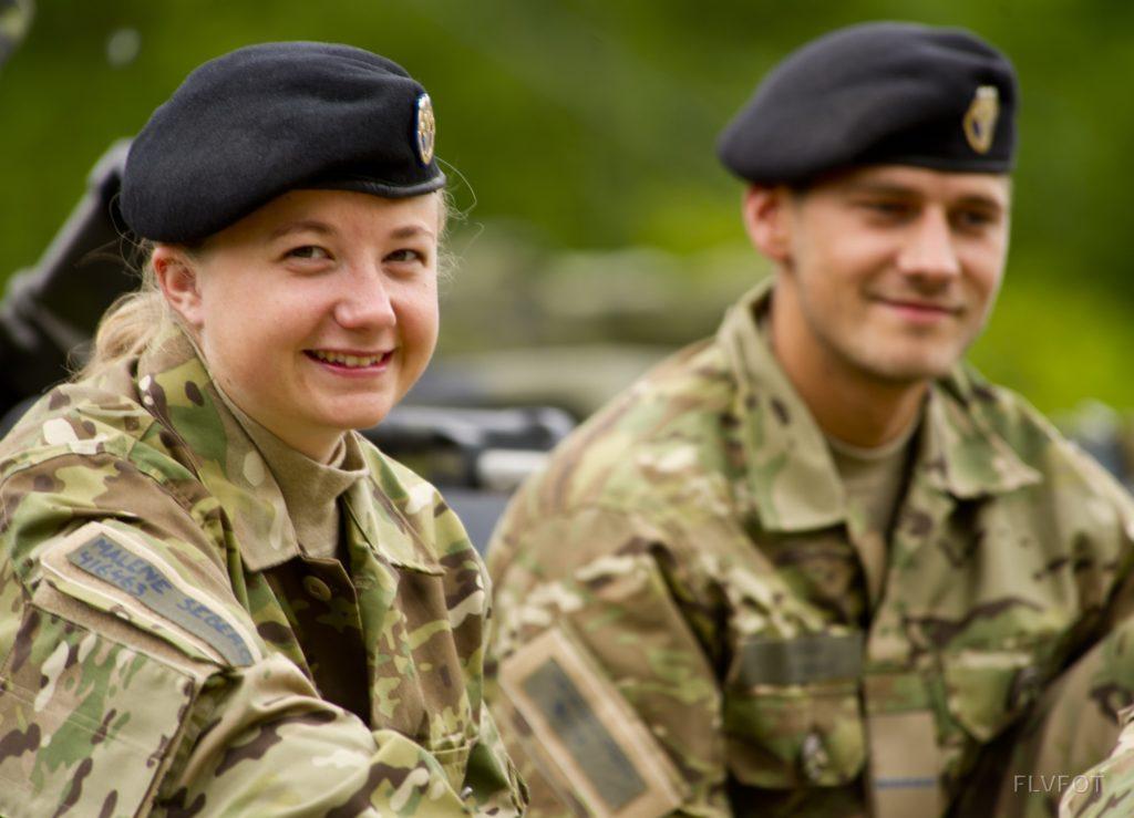 Flere kvinder prøver kræfter med militæret i firemåneders værnepligt. (Foto: Værnsfælles Forsvarskommandos og Forsvarsgalleriet.dk)