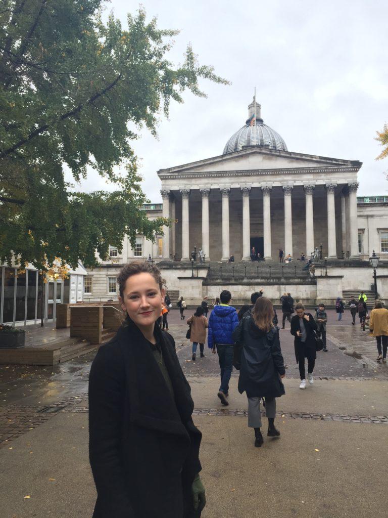 Leise Hartvig Sandman foran University College London, hvor hun studerer. (Foto: Privat)