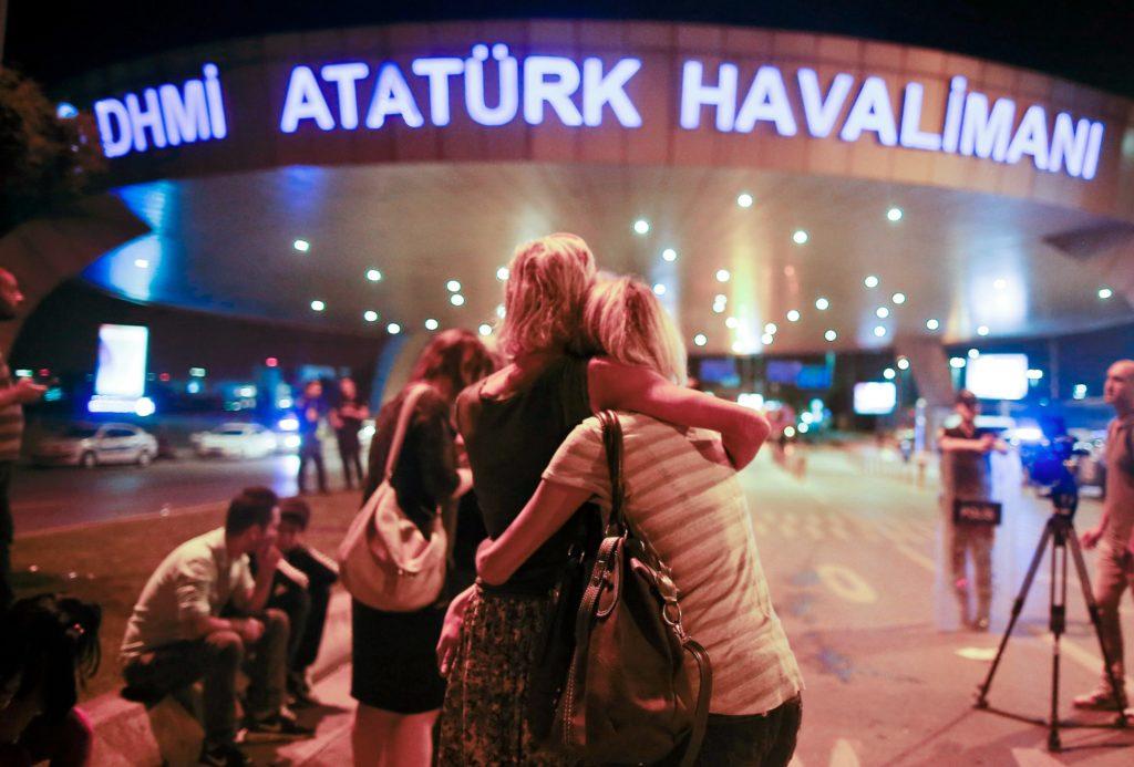 Tyrkiet er i chok og sorg efter tre selvmordsbombere angreb lufthavnen i Istanbul. (Foto: Polfoto)