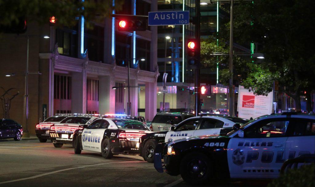 Fire betjente dræbt under racerelateret demonstration. (foto: Polfoto)