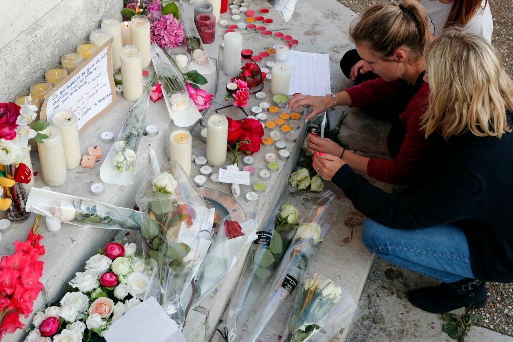 Folk tænder lys og lægger blomster efter terrorangreb på en fransk kirke, hvor præst mistede livet. (Foto: Polfoto)