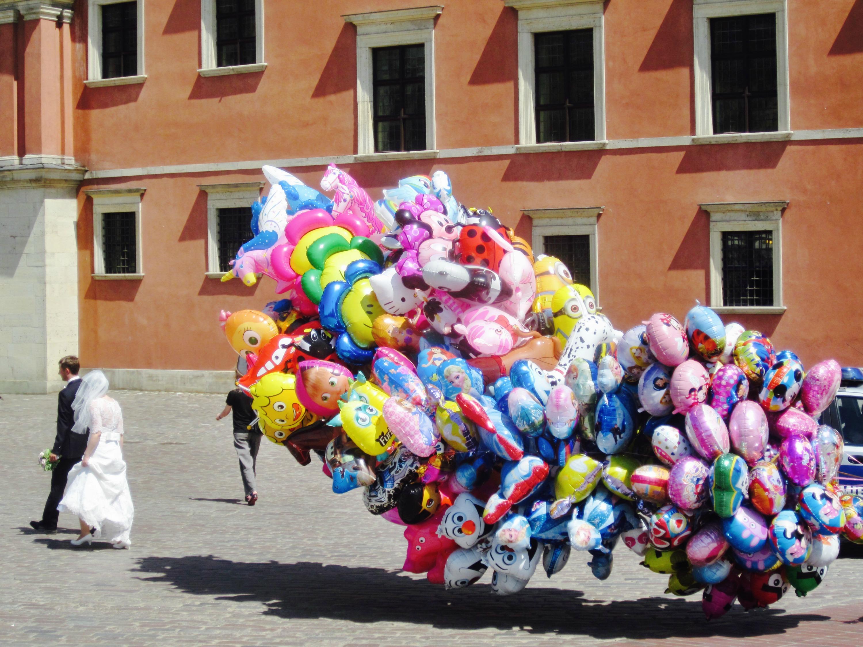 I Den Gamle By er der tit bryllupsfotografering. Her ses et par på vej forbi en ballonsælgers stand. (Foto: Privat)