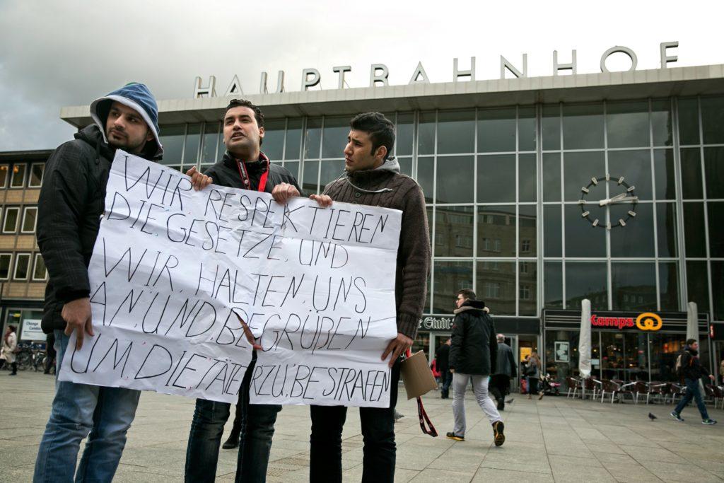 Tyskland skærper voldtægtslov efter overfald på mere end 1000 kvinder nytårsnat i Köln. Her fordømmer tre syriske mænd overgrebene. (Foto: Polfoto)