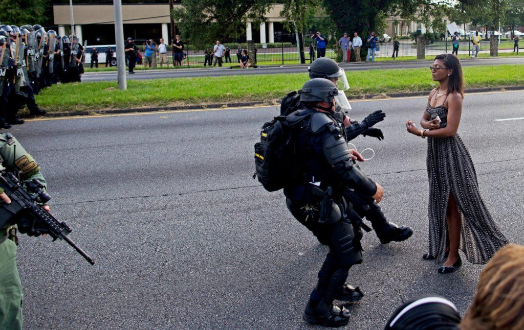 Billedet af den unge kvinde, der nægter at flytte sig er blevet symbolet på Black Lives Matter-bevægelsen. (Foto: Polfoto)