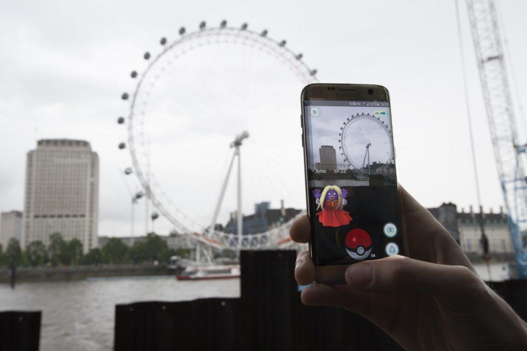Mennesker verden over samler Pokémoner ind. Her bliver en Pokémon fanget i London. (Foto: Polloto)