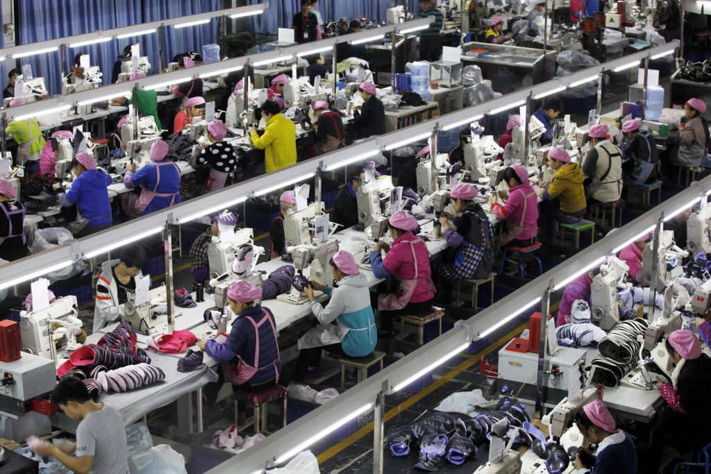 Forholdene, hvor vores tøj syes, svinger fra relativt ordnede forhold som her, til helt horrible sweatshops.