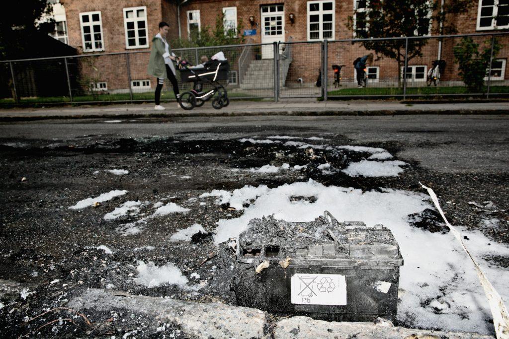 I to dage er biler blevet brændt af i København. Her stod der engang en bil. Det eneste, der er tilbage nu er bilens batteri. (Foto: Polfoto)