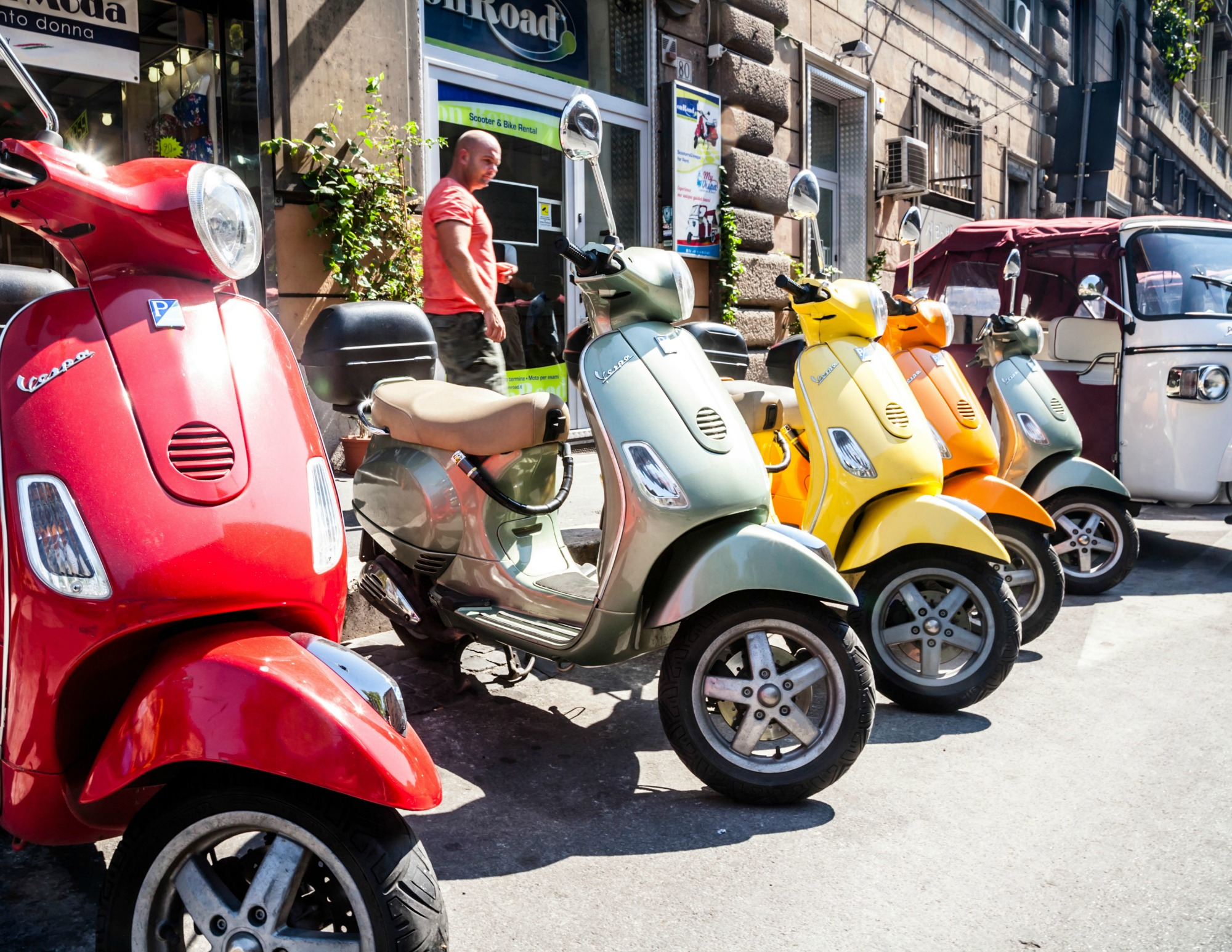 Husk de behagelige sneakers, så du nemt kan komme rundt i byer som Rom. (Foto: All Over)