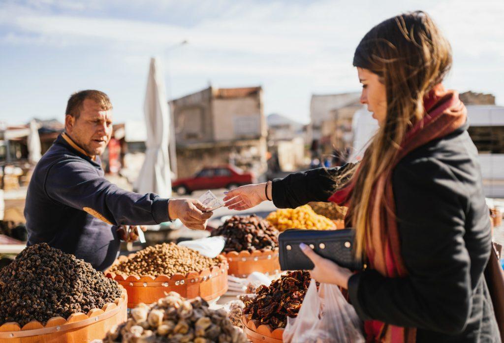 Brug forskellige butikker til forskellige køb. Basarer er gode steder at købe frisk frugt og grønt, til få penge. (Foto: All Over)