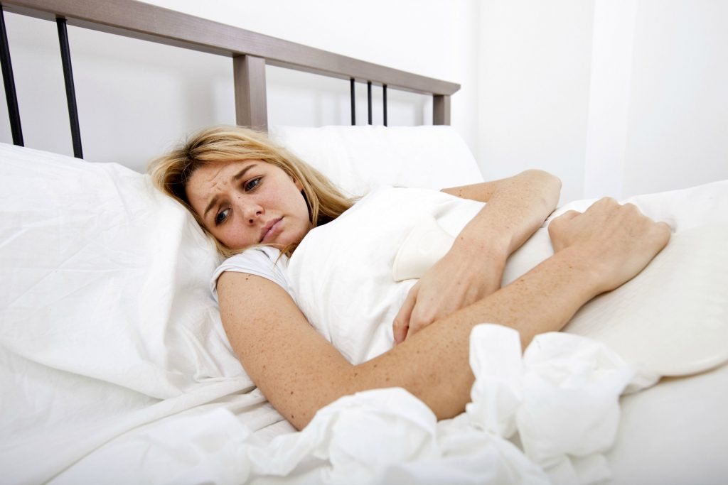 Mange kvinder er sengeliggende under menstruation, fordi smerterne er så voldsomme under endometriose. (Foto: All Over)
