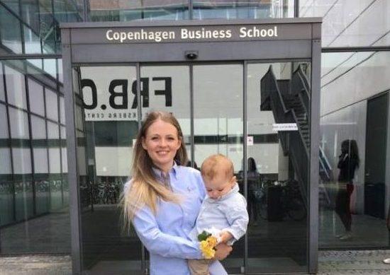 Marie med sin søn, da hun blev bachelor i erhvervsjura. (Foto: Privat)