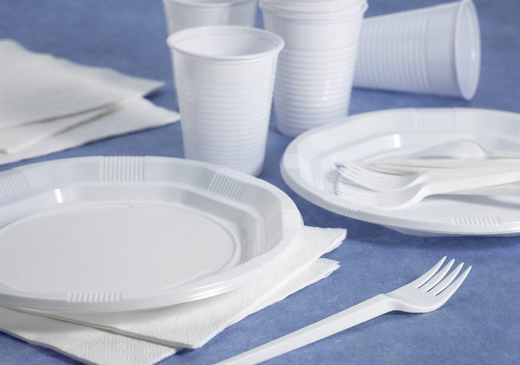 Frankrig forbyder plastikkopper og -tallerkener. (Foto: All Over)