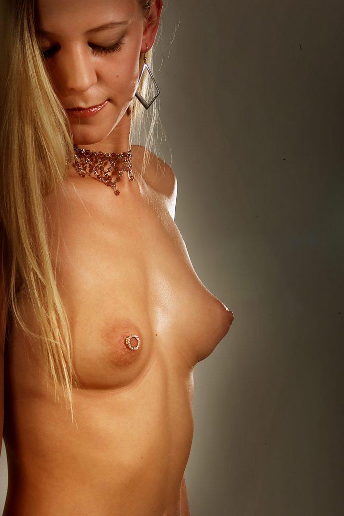 Hvem siger, at guldet skal sidde på fingrene eller om halsen? Sæt din investering i brystvorten og smyk dig smuk for den udvalgte.. (eller bedst af alt - lad ham betale). Lars fra S.R. Body Art har fået speciallavet det brystsmykke, som Brit på 19 år bærer i sin brystvorte. Flere af Lars' kunder ønskede noget ganske særligt, så han kontaktede en guldsmed, der kunne løse opgaven. Brits smykke er af 18 karat guld prydet med 20 små diamanter.