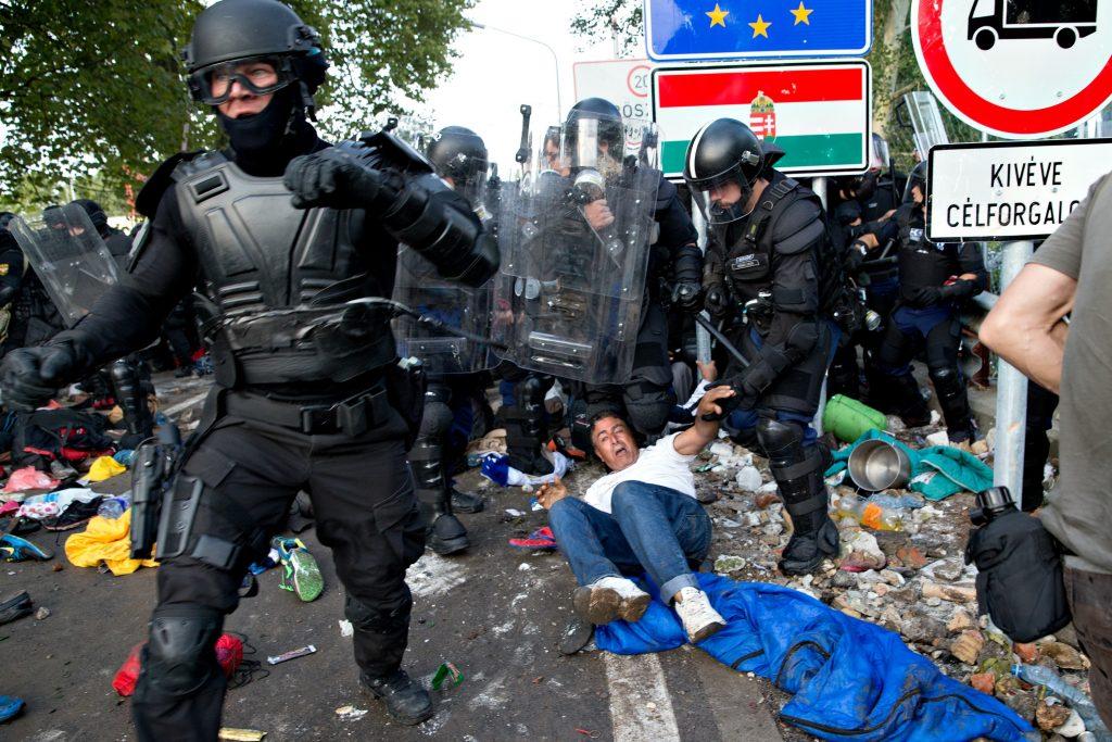Der var voldsomme sammenstød mellem flygtninge og ungarnsk politi, da flygtninge forsøgte at passere grænsen mellem ungarn og serbien. (Foto: Polfoto)