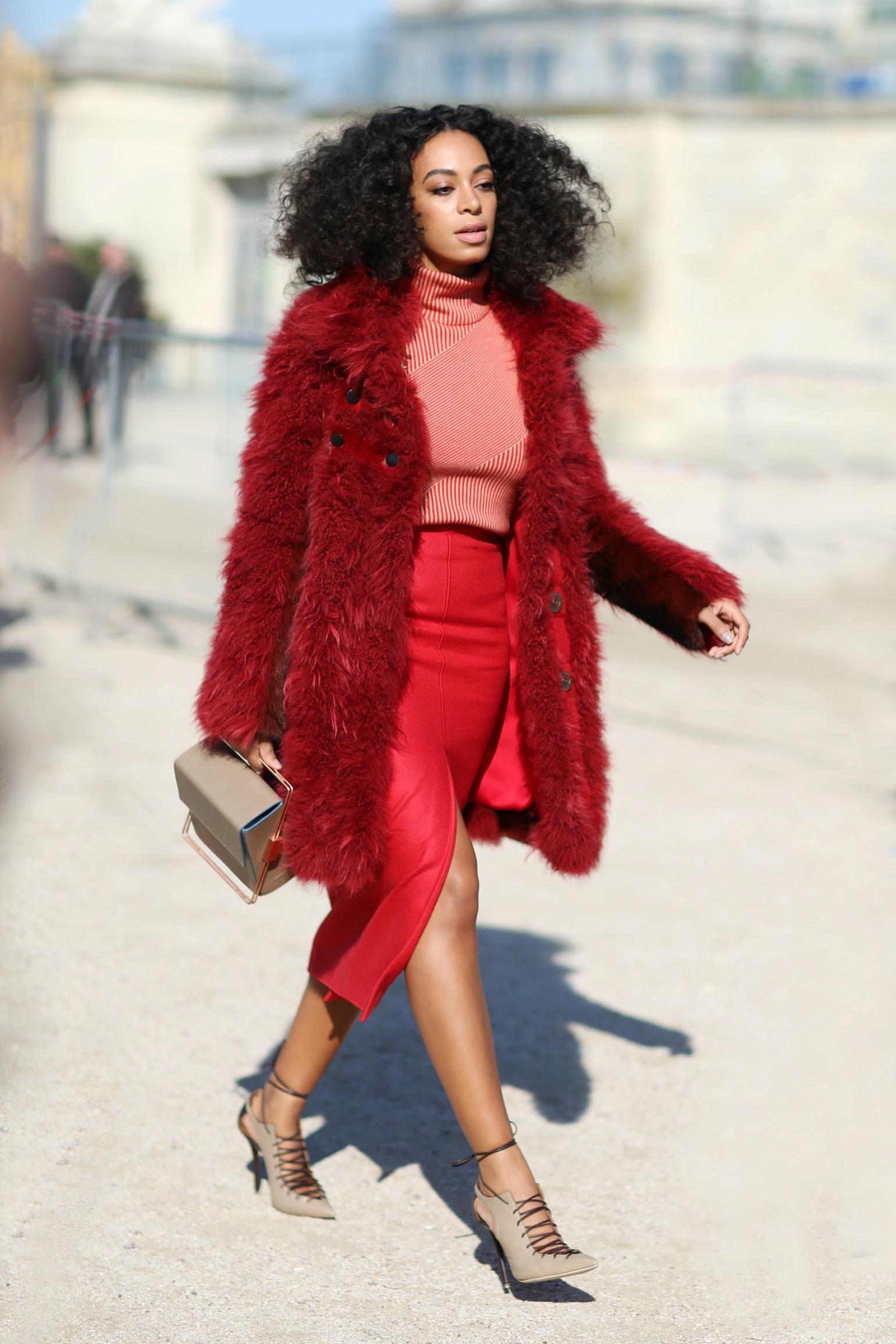 Solange Knowles fanget på gaden under modeugen i Paris i marts 2015. (Foto: All Over)