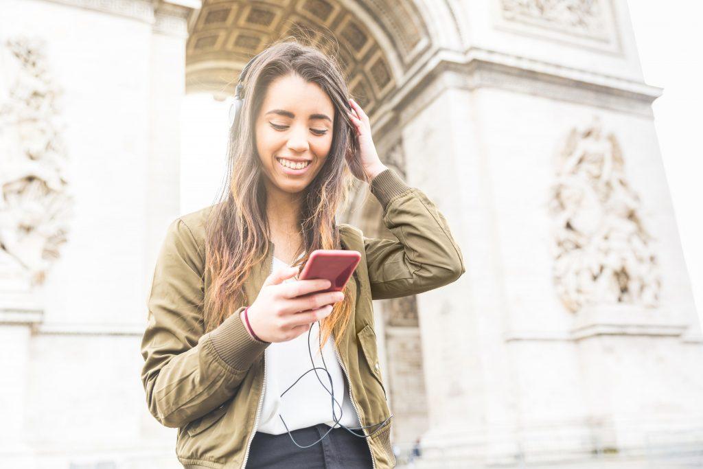 tinder, datingapps, rejseapps triumfbuen paris smartphone iphone, selvtillid, selvværd