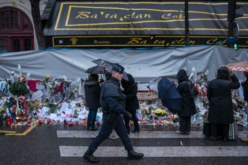 130 mennesker mistede livet i november 2015, da gerningsmænd fra terrororganisationen IS angreb cafeer, Stade de France og spillestedet Bataclan i Paris. (Foto: Polfoto)