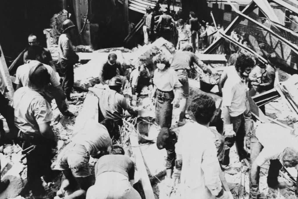 Redningshold leder efter overlevende i murbrokkerne efter terrorangrebet mod Bologna Station i 1980, hvor 85 mennesker mister livet. (Foto: Polfoto)