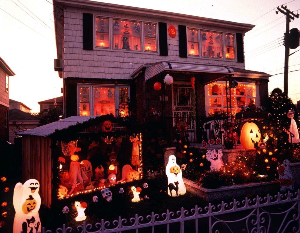 I Danmark markerer man mest Halloween med græskarlamper. I Usa går man lidt mere amok i pynten. (Foto: All Over)