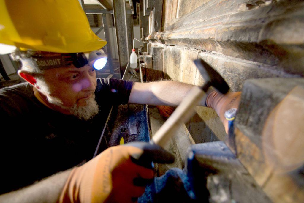 Seks kristne religioner er blevet enige om at restaurere graven. Her ses en græsk arbejder, i gang med at restaurere. (Foto: Polfoto)