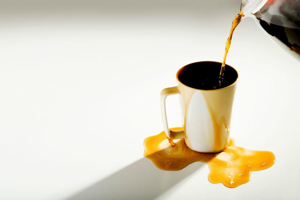 Kaffe skal i koppen og munden, ikke på bordet og tøjet. Foto: All Over)