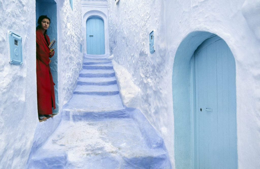 Kvinder maler hel marokkans by blå. (Foto: Polfoto)