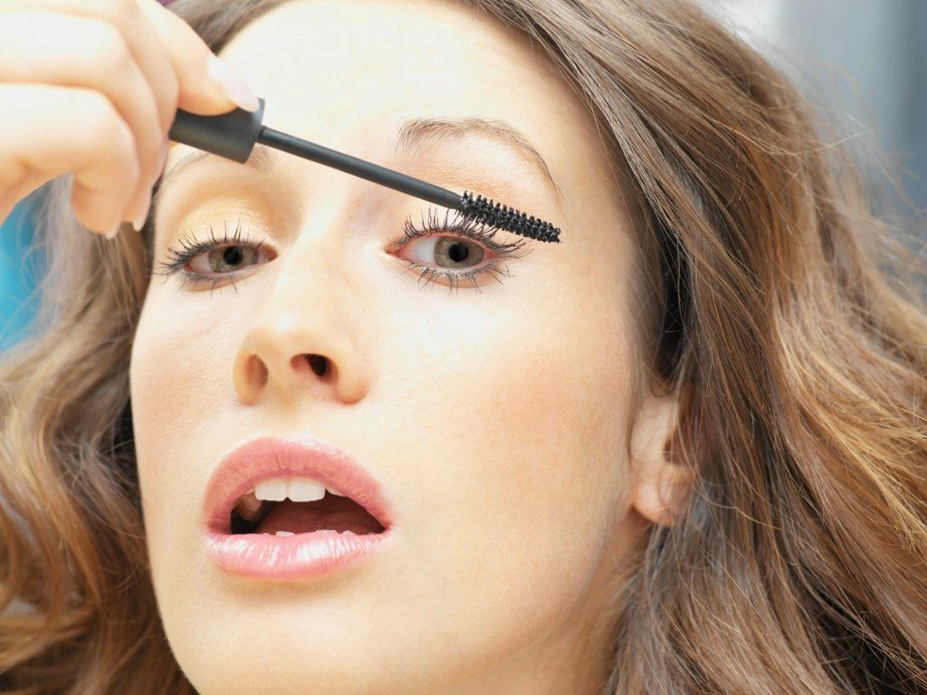 Mascara kan give flotte vipper, men kan også indeholde problematisk kemi. (Foto: All Over)