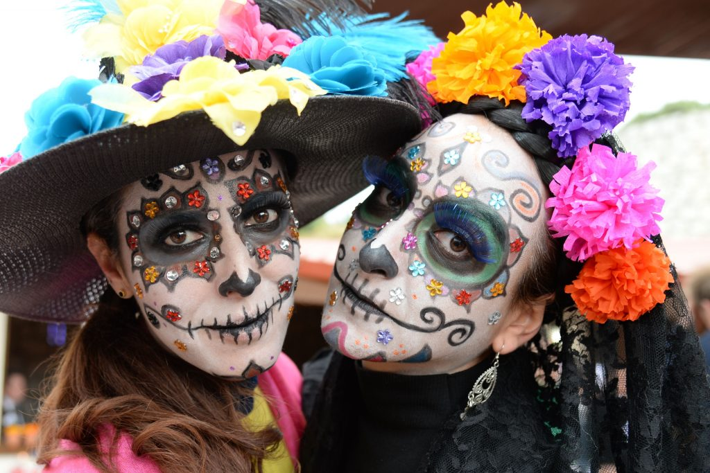 De mexikanske dødemasker er meget kendte, og det er populært at male sig som maskerne til Halloween. (Foto: All Over)