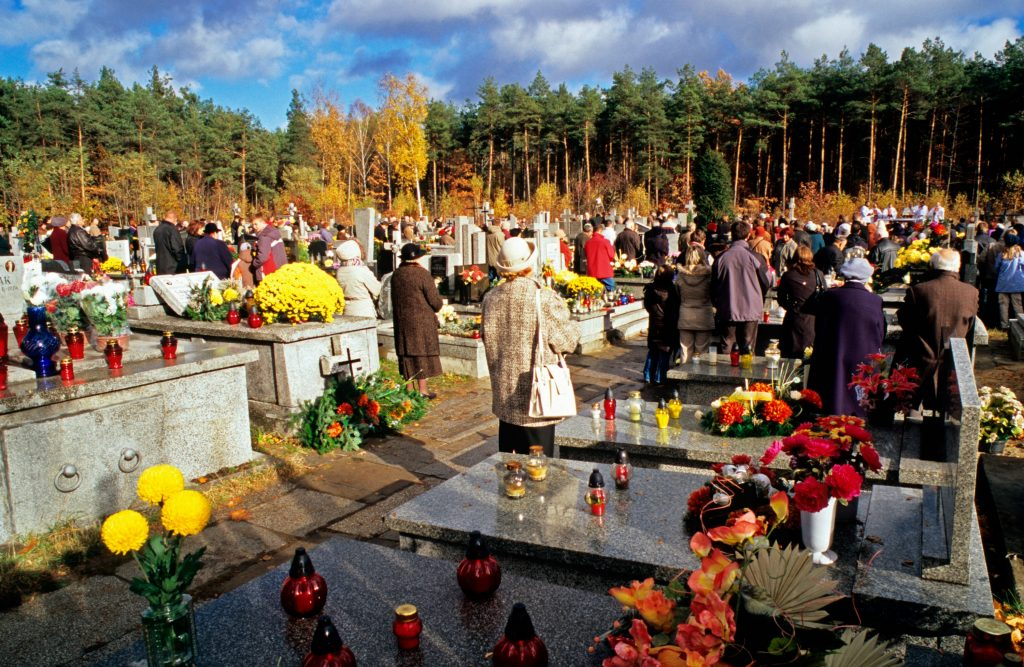 Kirkerne fejrer også Halloween, bare som allehelgensdag. Her er der messe i Polen. (Foto: All Over).