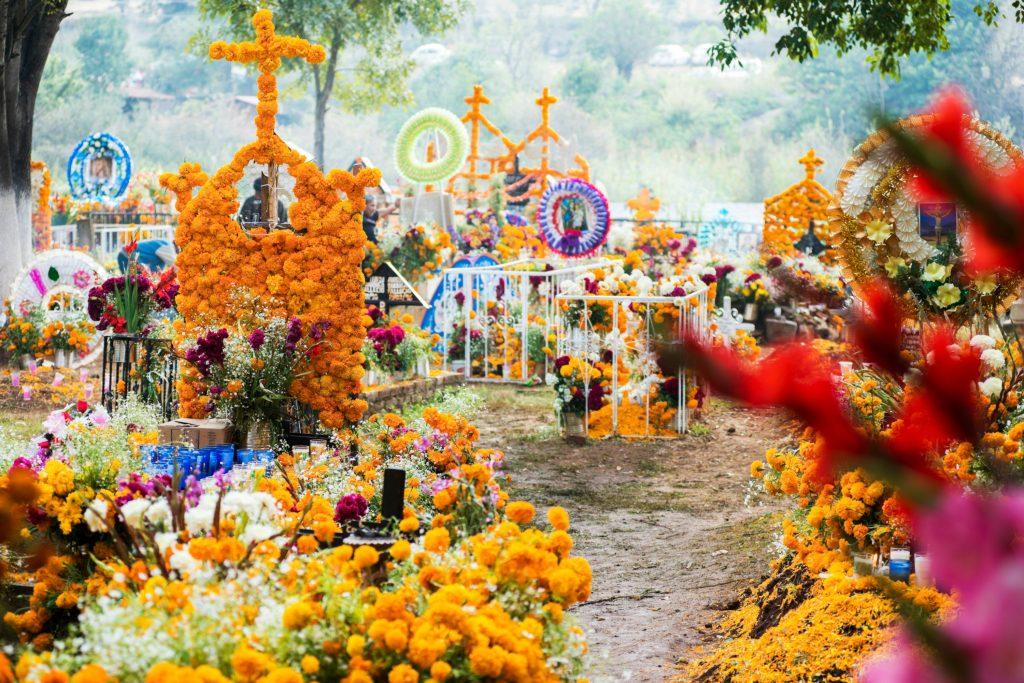 I Mexico fejres de dødes dag dagene efter Halloween, her pyntes kirkegårde og grave i vilde farver. (Foto: All Over)