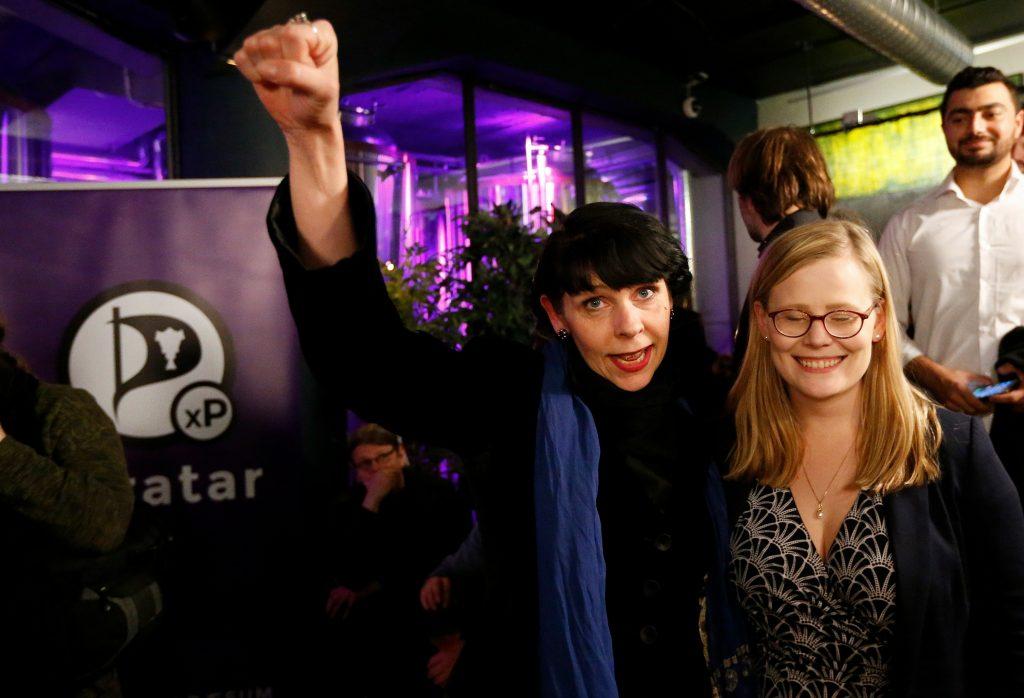 Birgitta Jonsdottir fra Piratpartiet reagerer på de første resultater fra valget på Island. (Foto: Polfoto)