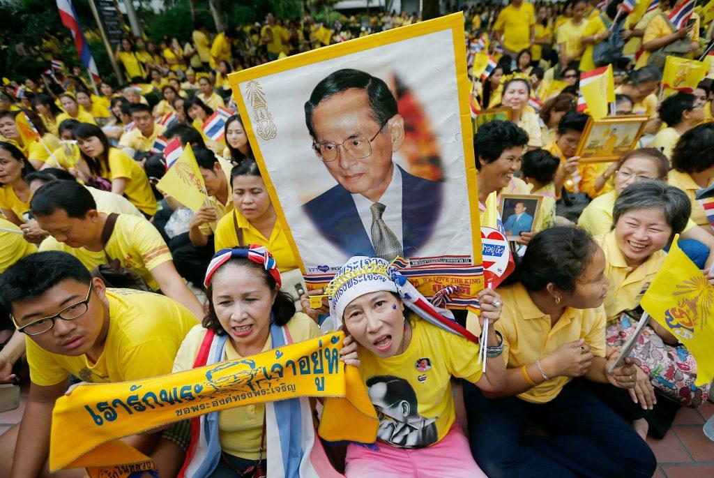 Familien og folket samles om Thailands syge konge. (Foto: Polfoto)