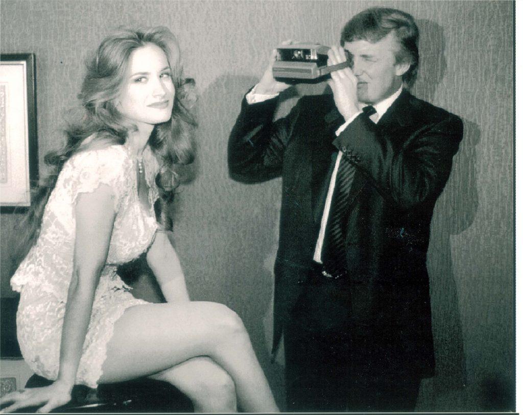 Donald Trump tager billeder af en Playboy model i 1993. (Foto: All Over)