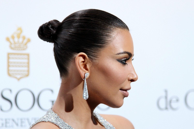 Kim Kardashian med stram knold (Foto: All Over)