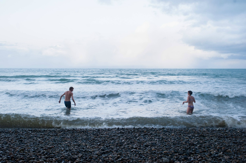 Par på vinterdate bader i det kolde vand (Foto: All Over)