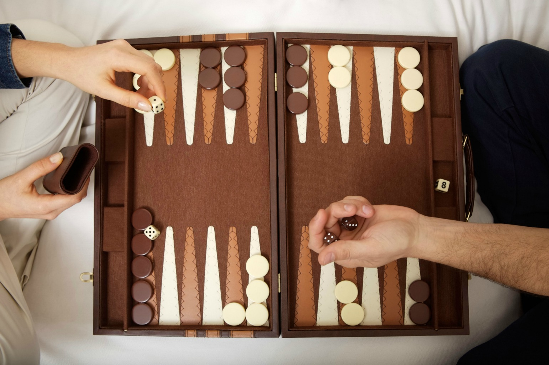 Par spiller backgammon på deres vinterdate (Foto: All over)
