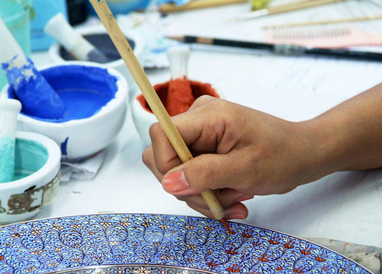Hånd maler på keramik som hobby (Foto: All Over)
