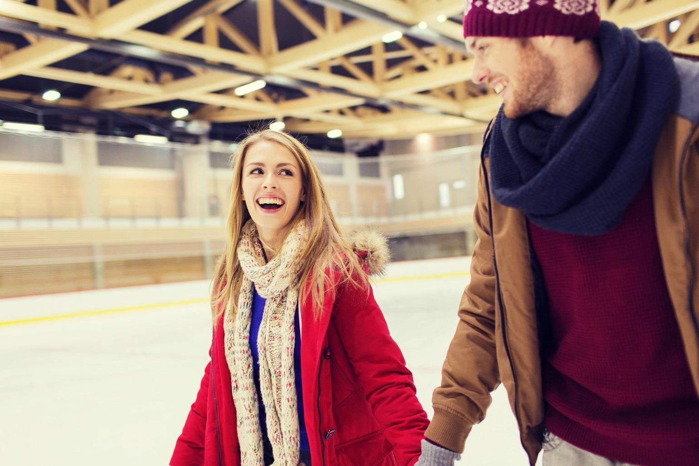 Par er på vinterdate og står på skøjter (Foto: All Over)