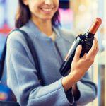 Pige ser på vinflaske (Foto: All Over)