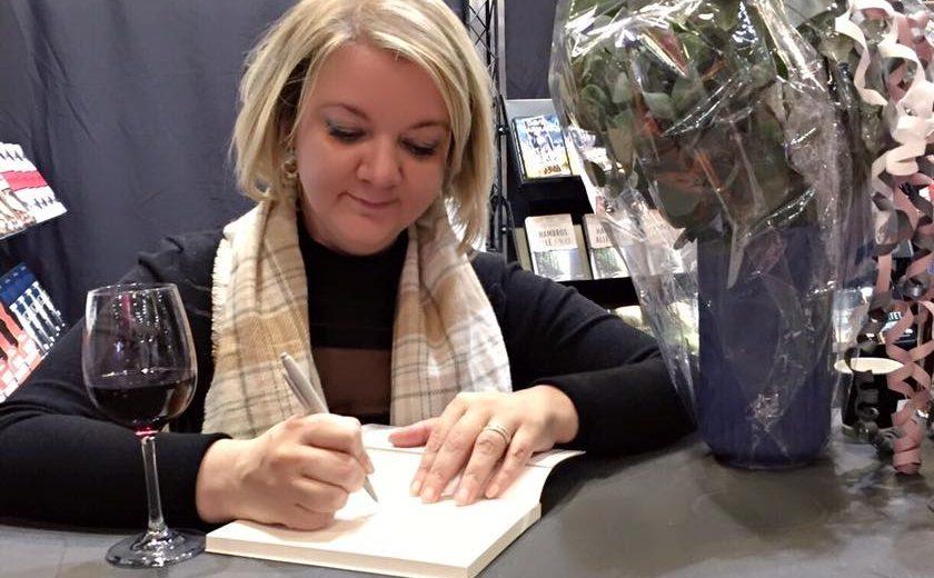 Jeanett signerer bøger til bogforum 2016. (Foto: Jeanett Veronica Hindberg)