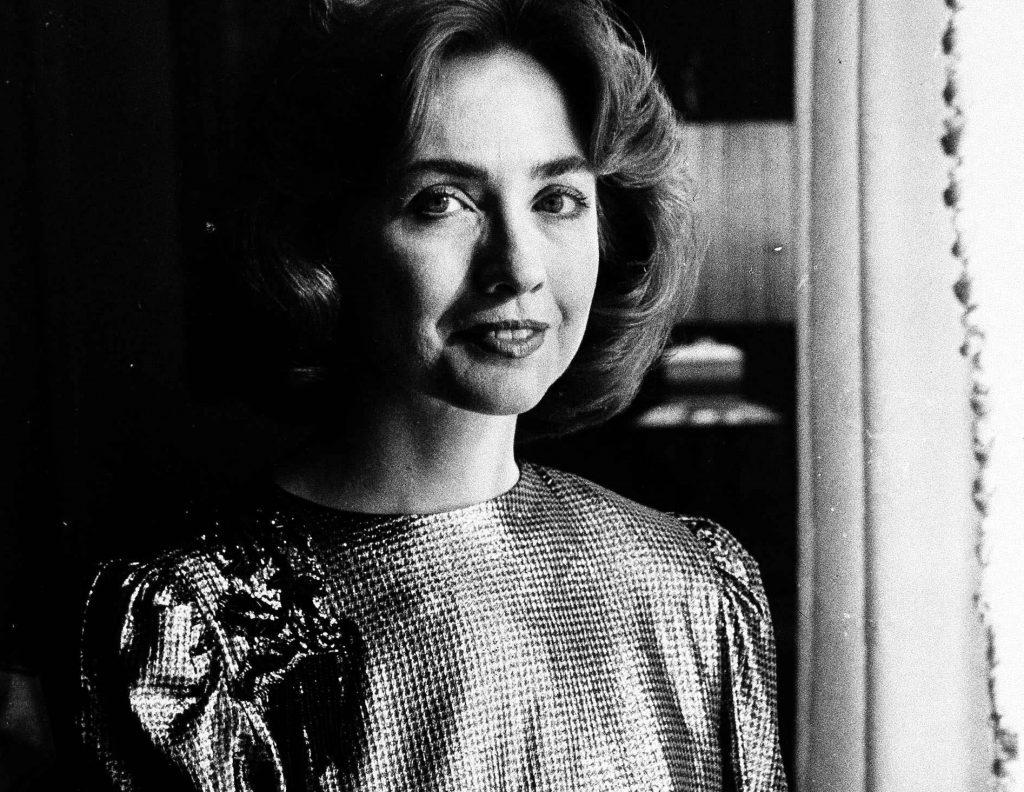 Clinton i sin balkjole til bal som Arkansas førstedame i 1985. (Foto: Polfoto)