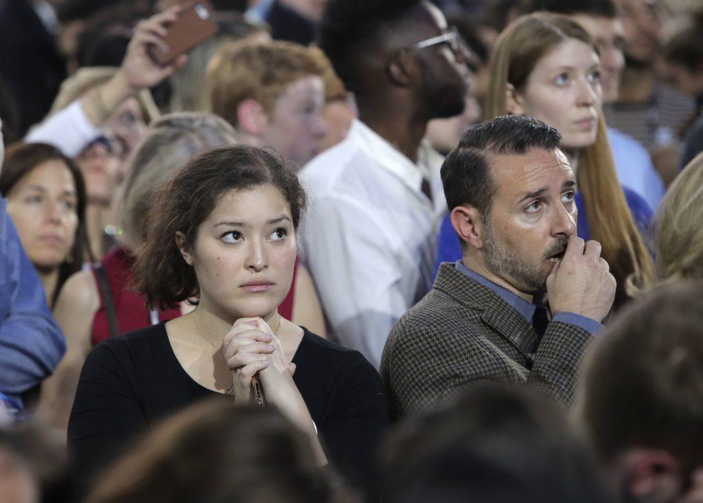 Bekymrede demokrater kigger på valgresultaterne, da de tikker ind. (Foto: Polfoto)