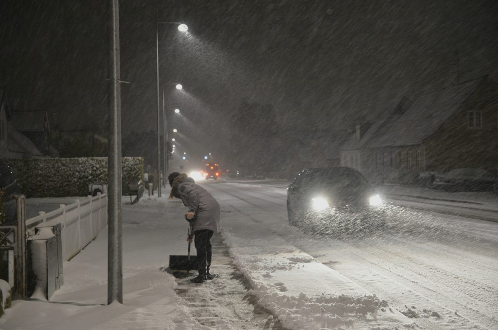 Sneen ramte hårdt på Sydsjælland - her er Lolland ved at blive begravet i snedriverne. (Foto: Polfoto)