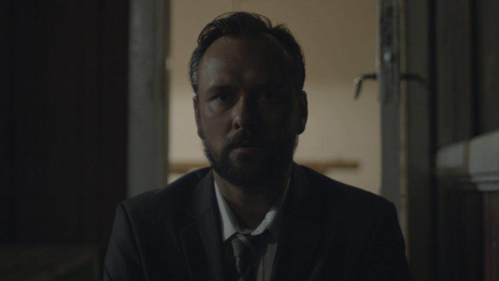Morten Deurell spiller Sarahs far, som hun er bange for vil skamme sig over den lækkede sexvideo. (Foto: Afskåret)