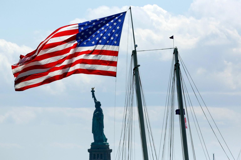 Frihedsgudinden med et amerikansk flag (foto: polfoto)