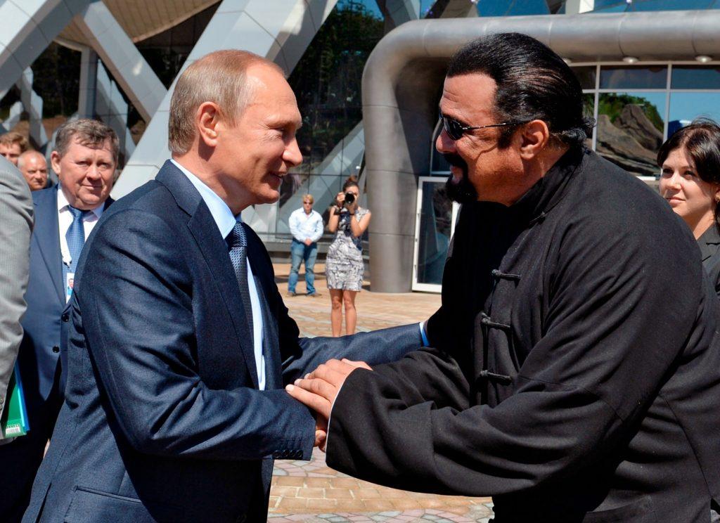 Steven Seagal bliver russer. Her ses han med Vladimir Putin. (Foto: Polfoto)